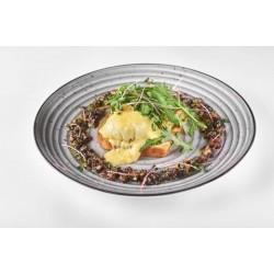 Яйце пашот на тості з лососем, авокадо та руколою