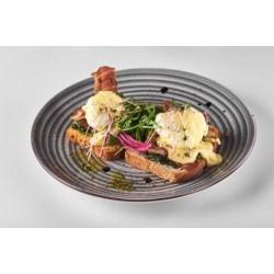 Яйця бенедикт на тостах зі смаженим беконом, шпинатом та руколою